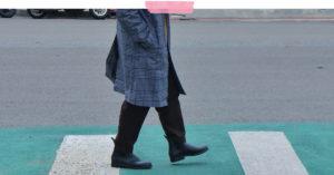 Plongez dans le style de papaootd : 60 ans et stylé, ses bottes Méduse aux pieds